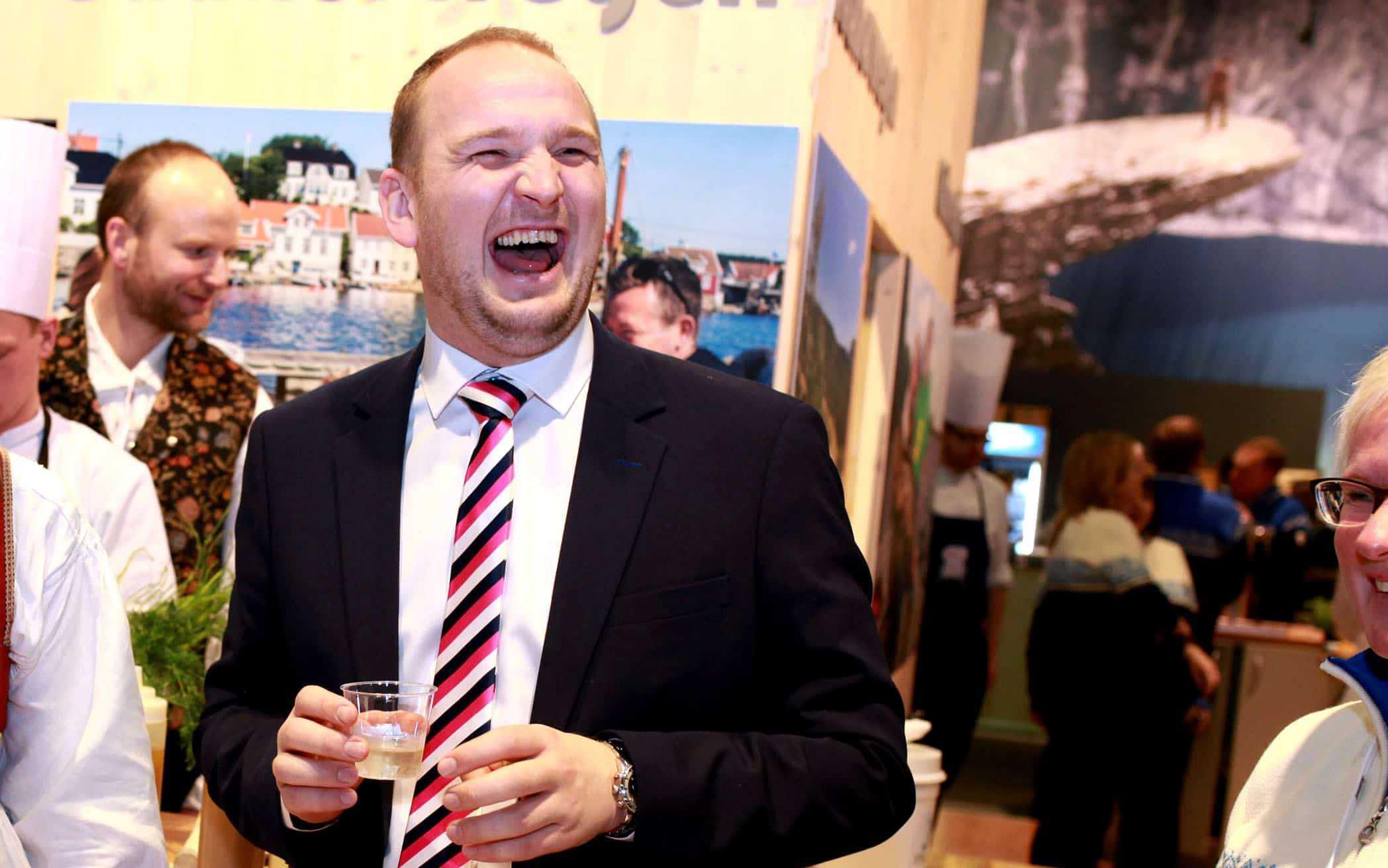 TAR GAVENE HJEM: Landbruksminister Jon Georg Dale (Frp) har rukket å hente ut flere fine gaver privat allerede i 2016. (Foto: Landbruks- og matdepartementet)