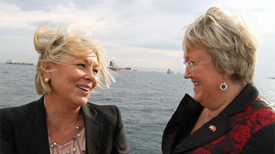 BEST Å VÆRE FISKERIMINISTER? I Monica Mælands (t.v.) departement var det bare daværende fiskeriminister Elisabeth Aspaker som tok med seg dyre gaver hjem. (Foto: Nærings- og fiskeridepartementet)