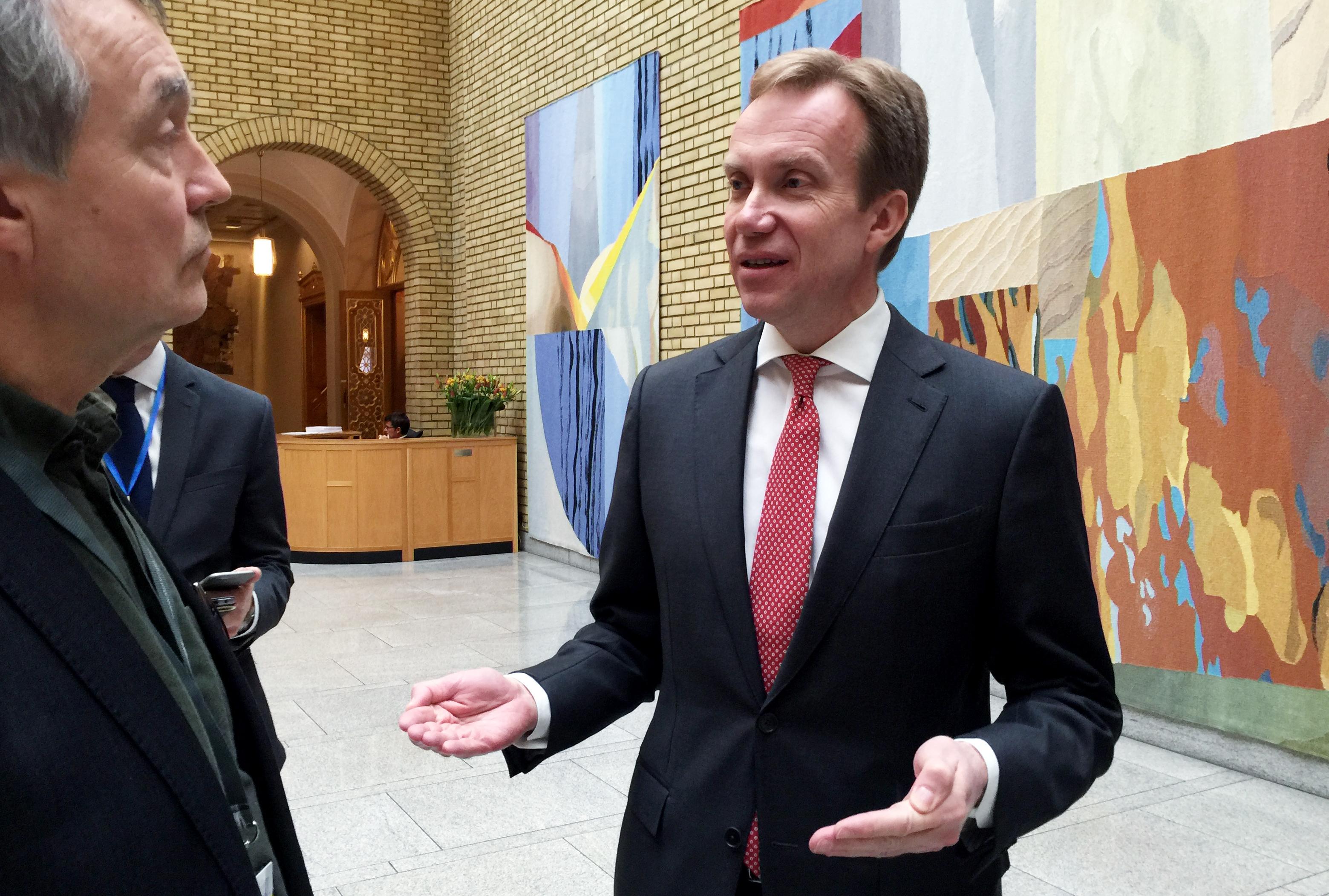 INFORMERTE STORTINGET: Børge Brende var i dag i Stortinget for en planlagt utenrikspolitisk redegjørelse, men også svare pressen om lekkasjer fra UDs migrasjonskrise-arbeid. (Foto: Harald S. Klungtveit)