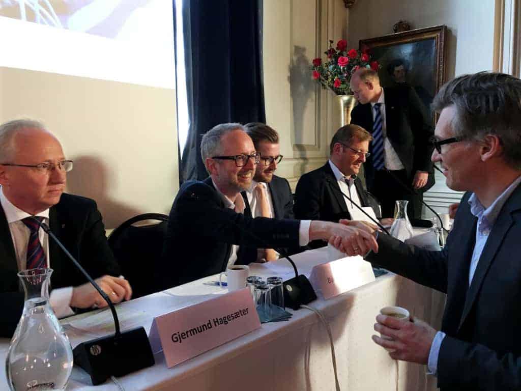 Datatilsynets direktør Bjørn Erik Thon hilste hjertelig på SVs Bård Vegar Solhjell på Sikkerhetsutvalgets seminar torsdag. Gjermund Hagesæter (Frp) til venstre. (Foto: Harald S. Klungtveit)