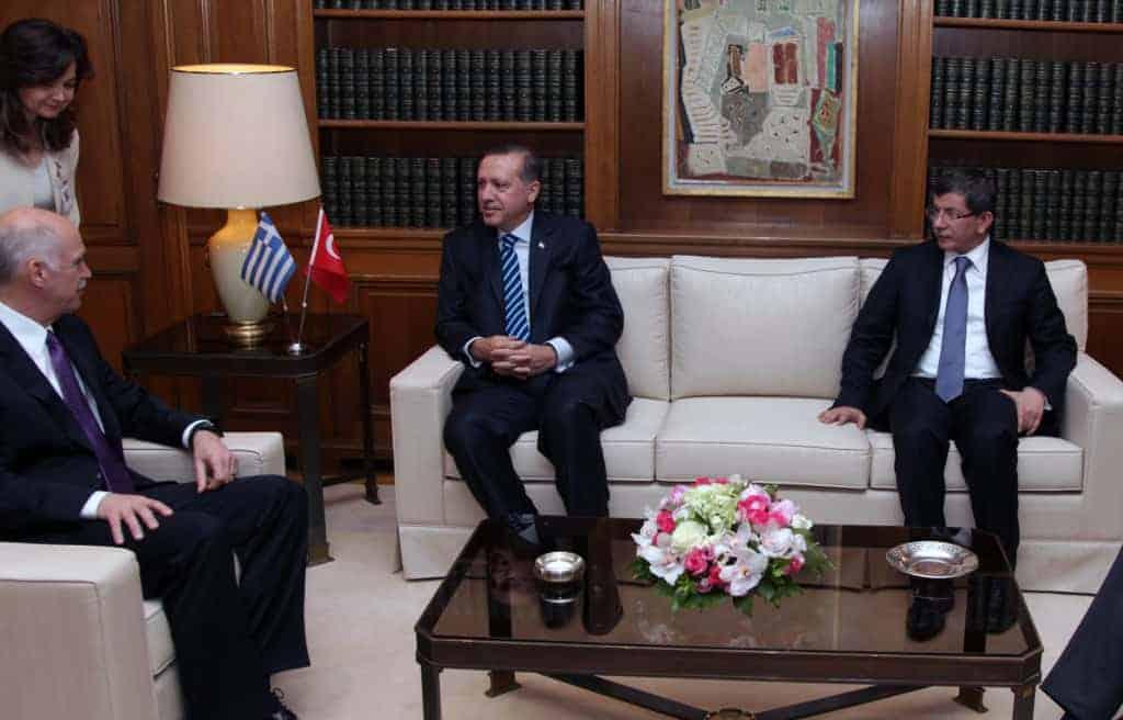 Erdoğan sammen med statsminister Ahmet Davutoğlu (t.h.) (Foto: CC/Gov.gr)