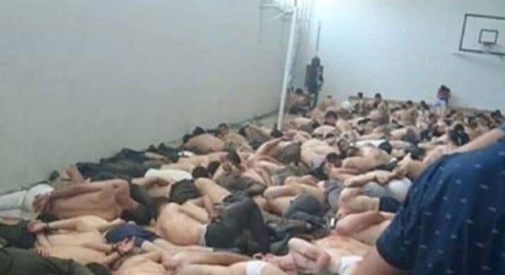 Dette bildet er fra ett av mange videoklipp som viser tortur eller ydmykende behandling av soldater som skal ha vært med på kuppforsøket.
