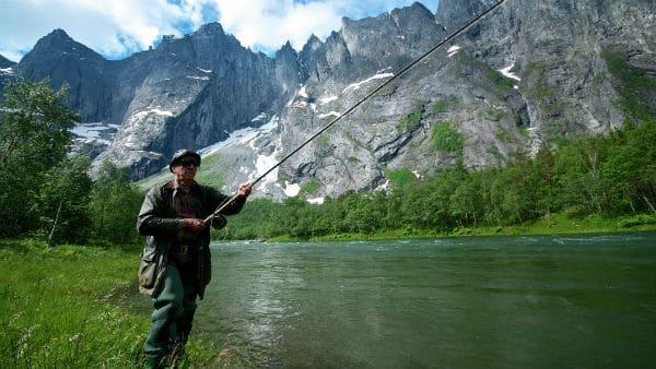 Fluefiske i norske lakseelver er en naturopplevelse av de sjeldne. Her fra Rauma i Møre og Romsdal. Foto: Øyvind Heen/Visitnorway.com